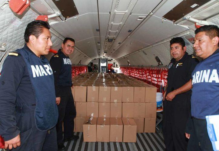 Efectivos de la Marina se preparan para enviar víveres a las numerosas comunidades mexicanas afectadas por los fenómenos climáticos. (Notimex)