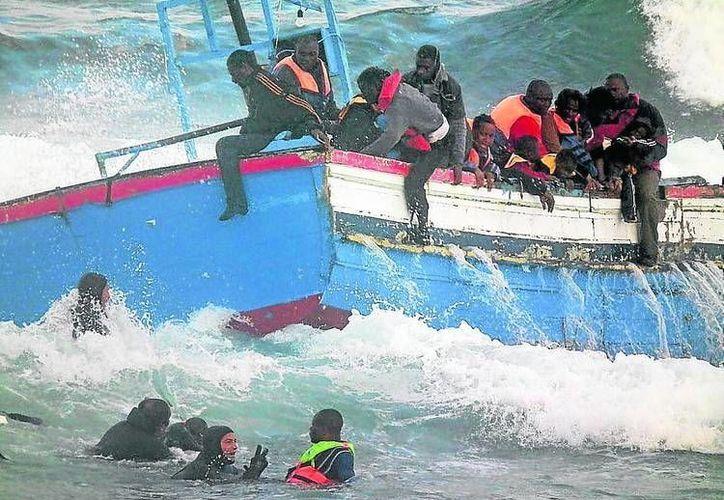 Rescatan con vida a unos 30 inmigrantes, los cuales fueron transferidos a un campo de refugiados ubicado en la ciudad de Mayfaa.(Archivo/Agencias)