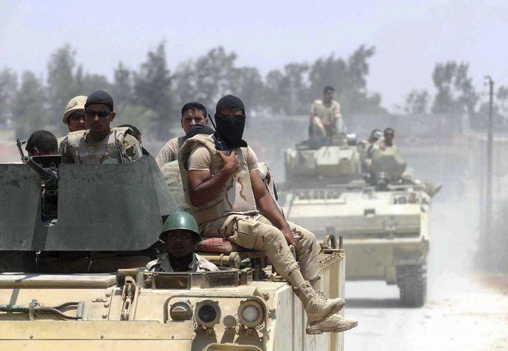 Fuerzas egipcias patrullando la localidad de Sheikh Zuweid, al norte del Sinaí, en un operativo contra terroristas. (EFE/Archivo)
