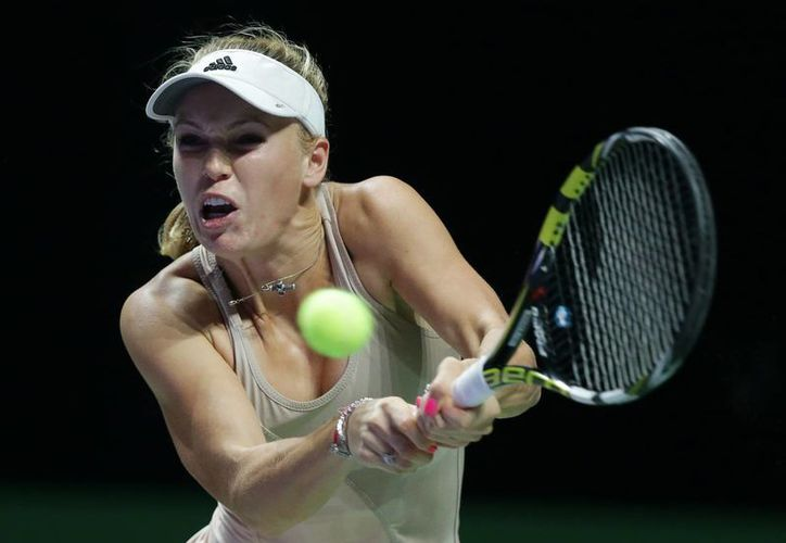 Caroline Wozniacki tratará de derrotar apenas por segunda ocasión en su carrera a Serena Williams en la semifinal de la Copa de la WTA. Este viernes eliminó a Petra Kvitova. (Foto: AP)