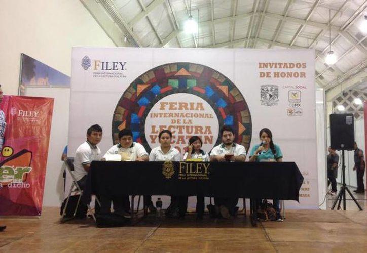 Varios alumnos del Cobay durante su participación en la Feria Internacional de la Lectura Yucatán en este año. Para la próxima edición el colegio de bachilleres tendrá un espacio especial en el área lúdica del Salón Chichén Itzá. (Facebook: Taller Literario Cobay)