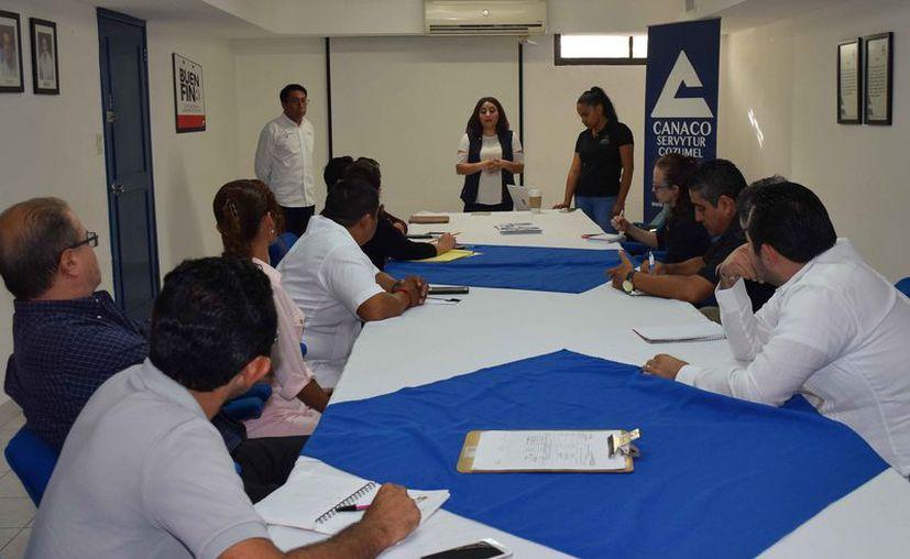 Marisol Huitrón Rangel, subdelegada en la zona norte del estado, encabezó estas pláticas. (Gustavo Villegas/SIPSE)