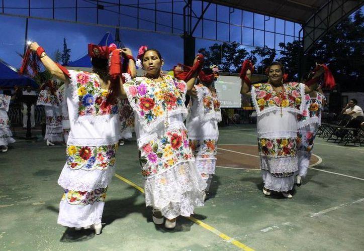 En las Actividades de los docentes se contó con la participación del grupo de danza folclórica, de la Casa de la Cultura. (Redacción/SIPSE)