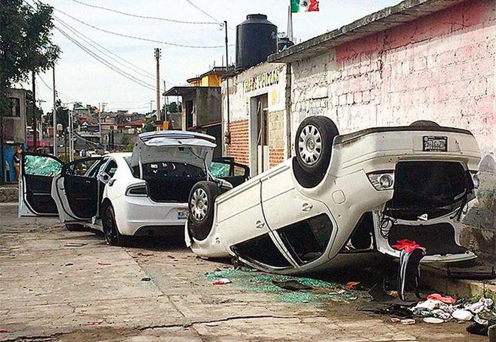 Una turba mantuvo secuestrados por 10 horas a dos agentes del Ministerio Público que acudieron a un operativo de seguridad, en la comunidad de Tlachaloya, Estado de México. Los vehículos de los agentes quedaron muy dañados. (excelsior.com.mx)