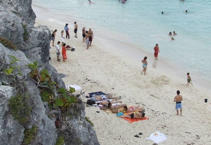 Turistas disfrutan de las playas de Tulum. (Rossy López/SIPSE)