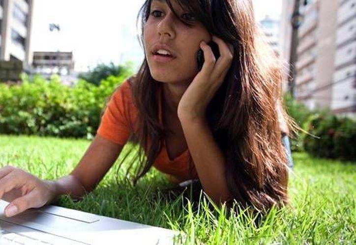 El Servicio Nacional de Salud británico (NHS) emitió una norma que aconseja a los menores de 16 años utilizar la telefonía celular solo en casos esenciales. (mexico.cnn.com)