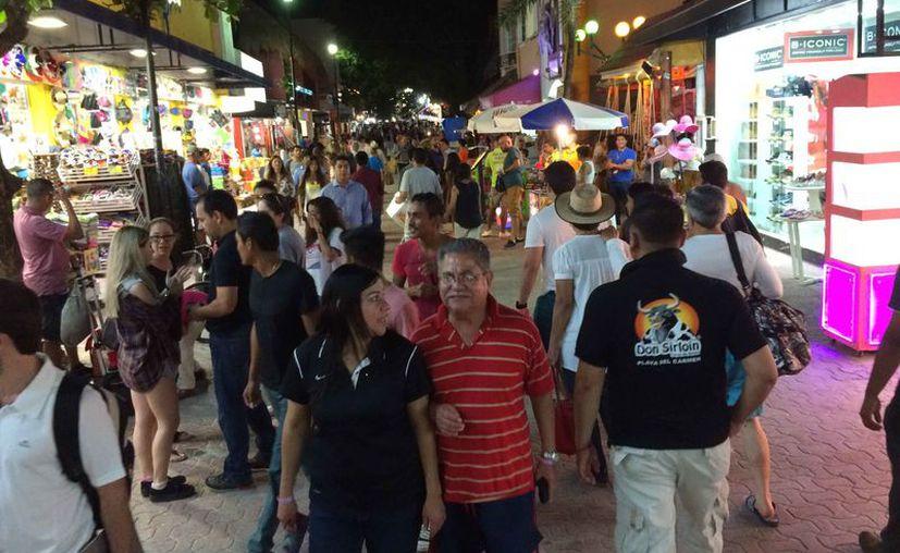La zona turística de Playa del Carmen mantiene una buena afluencia de visitantes. (Adrián Barreto/SIPSE)