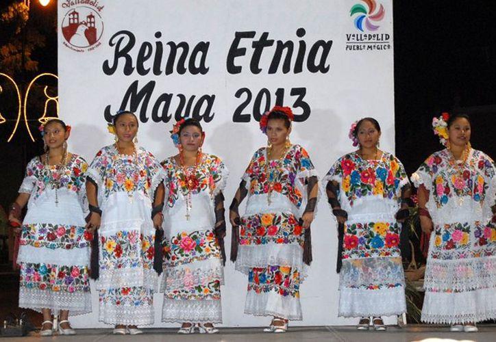 Las cinco candidatas a Reina Etnia Maya vistieron elegantes ternos. (Milenio Novedades)