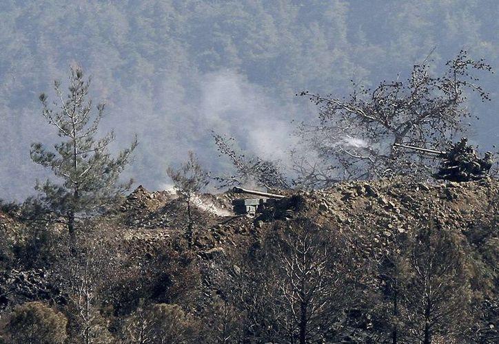 Varios nidos de ametralladoras sirios abren fuego contra las fuerzas rebeldes a las afueras de la ciudad costera de Latakia (Siria). (Archivo/EFE)