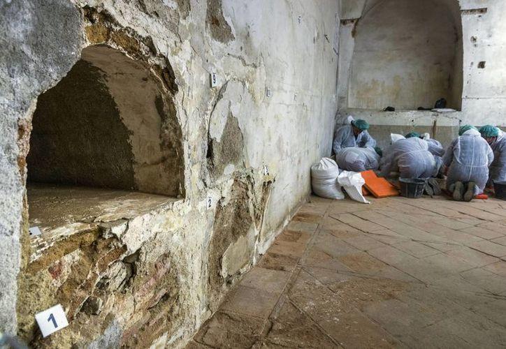 Los técnicos que buscan los restos del escritor Miguel de Cervantes trabajan en la cripta de la iglesia madrileña de las Trinitarias. (EFE/Archivo)