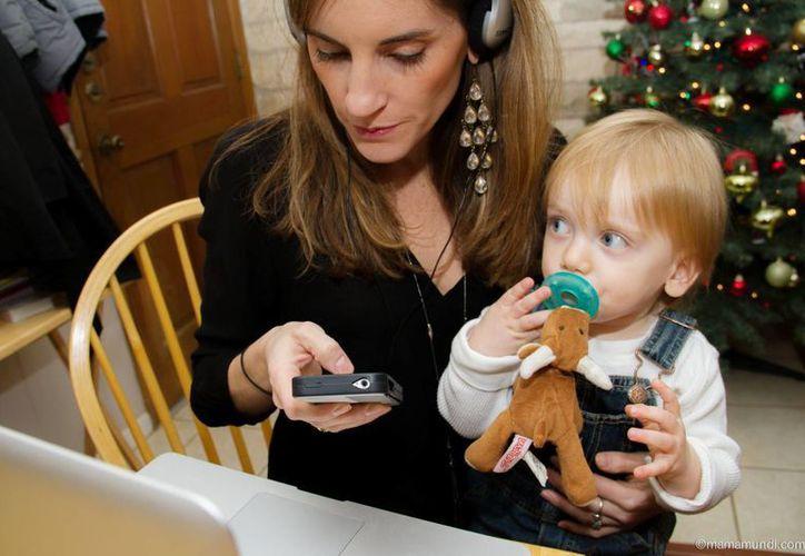 A veces por estar pendiente del teléfono y la computadora a las mamás se les olvida pensar en lo importante de la vida como construir las redes de afecto con los hijos y la pareja. (mamamundi.com)