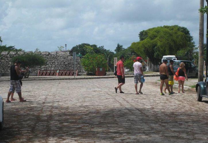 Los turistas que visitan Mahahual pueden interesarse también en Bacalar, gracias a los transportistas. (Javier Ortiz/SIPSE)