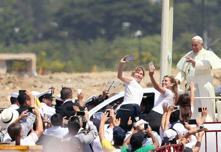El Papa Francisco fue despedido por miles de personas tras oficiar una multitudinaria misa en Guayaquil. (AP)