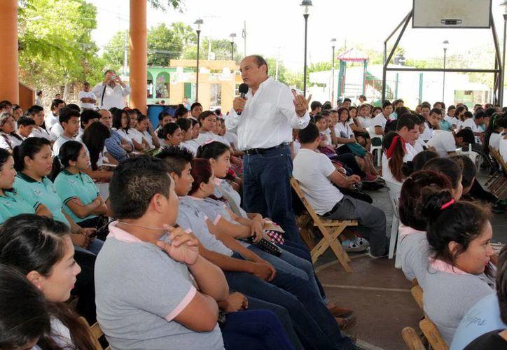 Jóvenes de la zona henequenera durante la consulta regional. (Milenio Novedades)