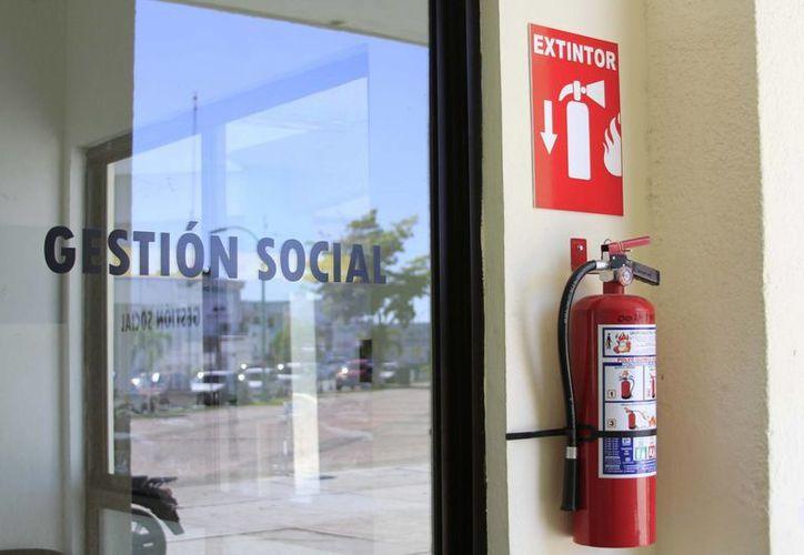 Hace dos semanas los habían retirado de todo el edificio;  Protección Civil afirma que los  llevaron a rellenar. (Harold Alcocer/SIPSE)