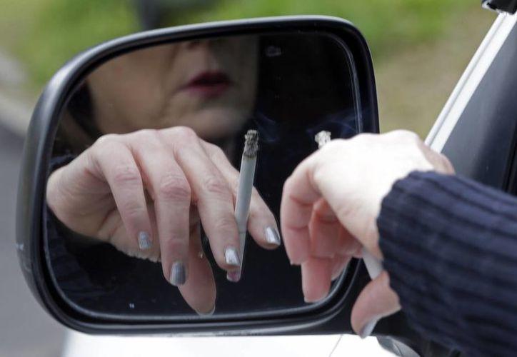 Algunas de las principales teorías atribuyen el declive en la esperanza de vida a una mayor tasa de tabaquismo, obesidad y menos educación. (Agencias)