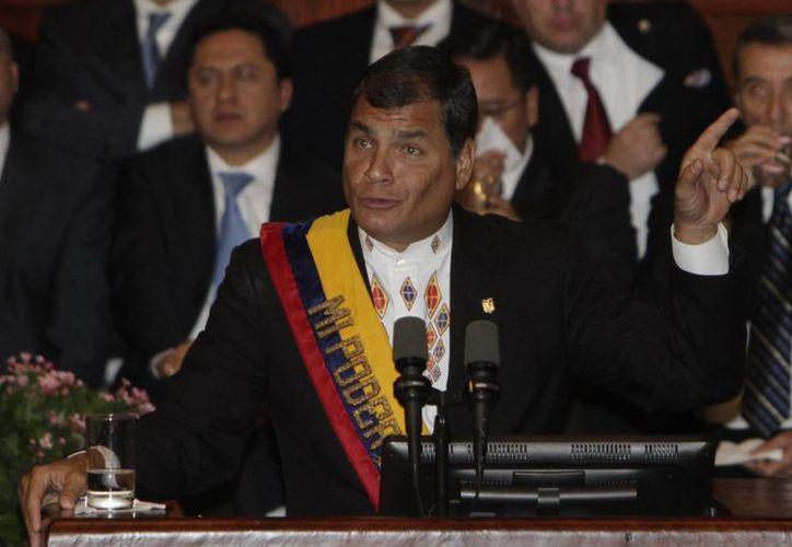 Rafael Correa duerante el informe sobre su gestión del primer año de su tercer mandato, en la Asamblea Nacional, en Quito, Ecuador. (Archivo/EFE)