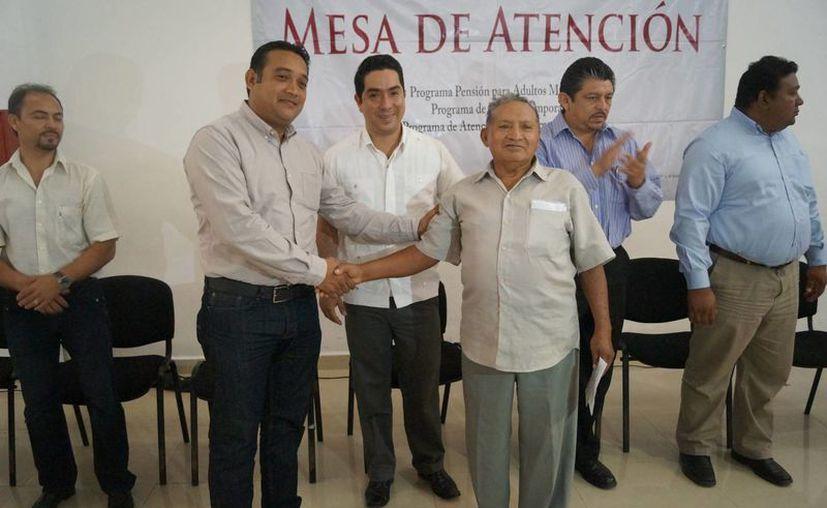 Autoridades federales en la entrega simbólica de la pensión para adultos mayores en Izamal. (Milenio Novedades)
