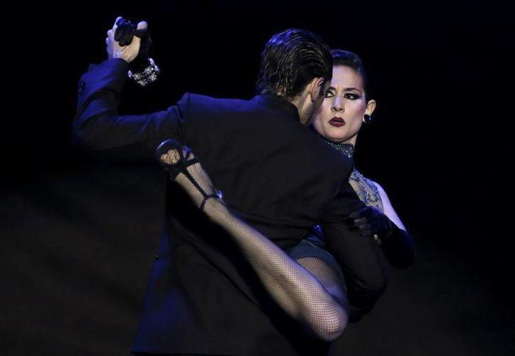 Nicolas Schell (de espaldas) y Nair Schinca, durante una final del Festival de Tango de 2012 en Buenos Aires. (Agencias)