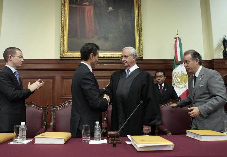El presidente Enrique Peña saluda al ministro de la Suprema Corte de Justicia de la Nación, Juan Silva Meza. (Notimex/Foto de archivo)