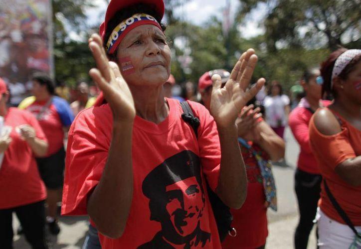 Cientos de venezolanos se congregan en las plazas públicas de Caracas para rezar por el Presidente. (Agencias)