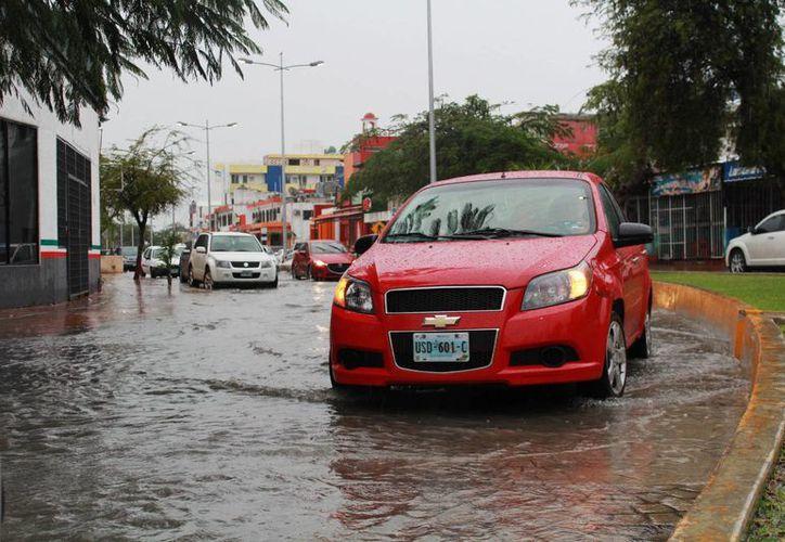 Las lluvias ocasionaron algunos encharcamientos, aunque no fue necesario cerrar alguna vialidad de Cancún. (Yajahira Valtierra/SIPSE)