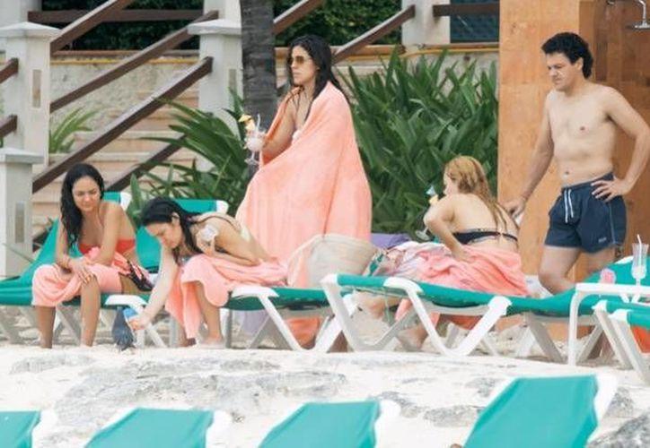 Familia de Pedro Fernández disfrutó de las playas cancunenses. (Zócalo Saltillo)