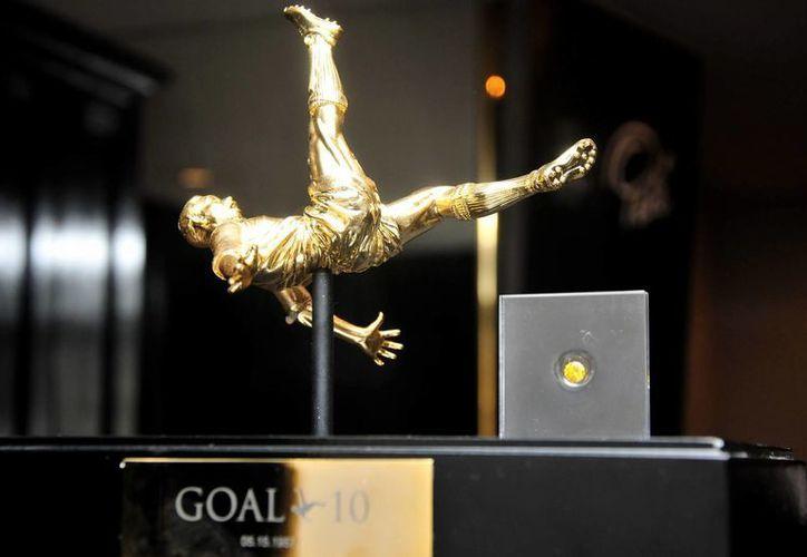 Los diamantes, de color amarillo ámbar, se entregarán en una caja especial que incluye una escultura bañada en oro alusiva al famoso gol de 'chilena' de Pelé. (EFE)