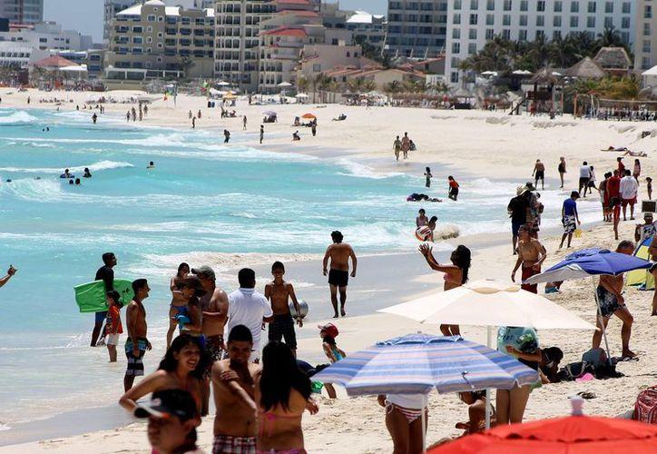 Turistas pasean en las playas de Cancún, Quintana Roo. (Archivo/Notimex)