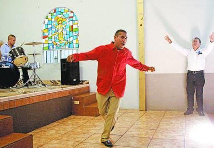 Una ceremonia de alabanza en el refugio de La Esperanza, en Tijuana. (Arturo Bermúdez/Milenio)
