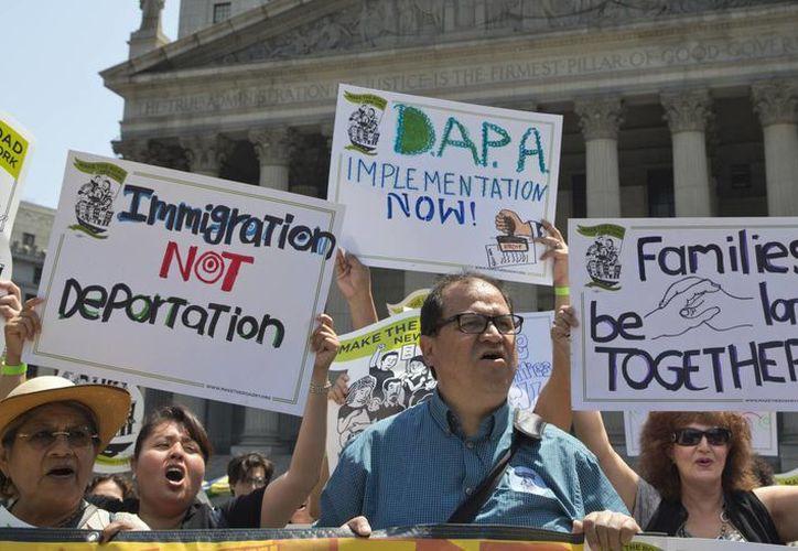 Manifestantes critican un fallo de la Corte Suprema sobre inmigración el 24 de junio del 2016 en Nueva York. (AP/Mary Altaffer)