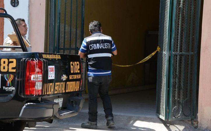 Elementos de la SSP acordonaron la zona del domicilio donde fue encontrado el cuerpo. (Victoria González/SIPSE)