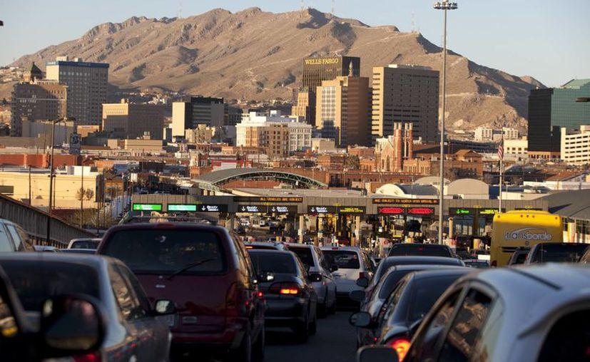 Largas filas de vehículos que cruzan la frontera entre México y Estados Unidos se aprecian en esta imagen del 26 de diciembre pasado. (Foto de AP/Iván Pierre Aguirre)