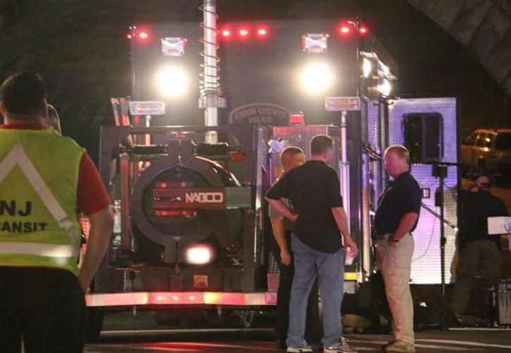 El personal de brigada de explosivos se colocan alrededor de la escena donde ocurrió la explosión de un dispositivo. (Jessica Remo/NJ Advance Media vía AP)