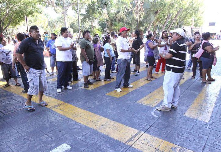Protesta de vendedores de bombitas frente al Palacio Municipal de Mérida. (SIPSE)