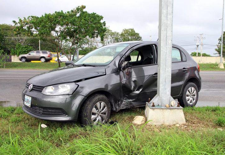 El pasado sábado por la mañana una conductora de un auto Gol se estrelló en un señalamiento del periférico debido al pavimento mojado. (Milenio Novedades)