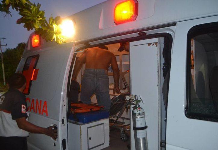 Paramédicos de la Cruz Roja atendieron al sujeto lesionado con una navaja. (Redacción/SIPSE)