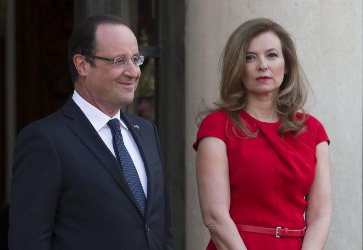 """A la pareja de François Hollande (i), Valérie Trierweiler, se le ha prescrito una """"cura de reposo"""" en un hospital que no se dio a conocer. (EFE/Archivo)"""