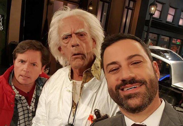 El presentador cómico Jimmy Kimmel se toma una 'selfie' con Christopher Lloyd y Micheal J. Fox, quienes llegaron a un 2015 'alterno' donde la 'evolución humana se detuvo'. (Facebook: Jimmy Kimmel)