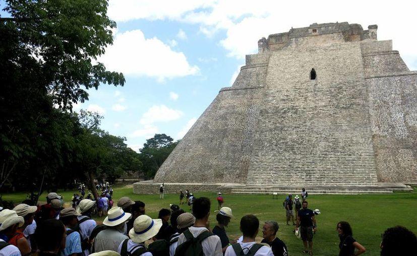 Los majestuosos edificios de la ciudad maya de Uxmal, encerrados entre la vegetación podrían ser un perfecto escenario para una película. (EFE)