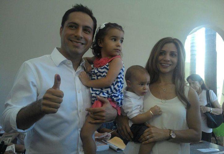 Mauricio Vila acudió a votar en compañía de su esposa y sus dos hijos. (Alicia Carrasco/SIPSE)