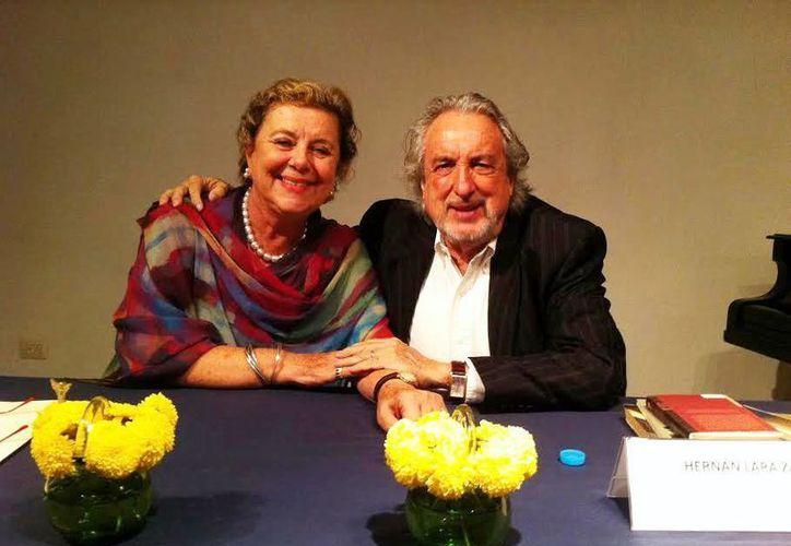 Hernán Lara Zavala, en la foto acompañado de Margarita Díaz Rubio, se presentó en el Centro Cultural ProHispen para una plática acerca de sus libros. (Milenio Novedades)