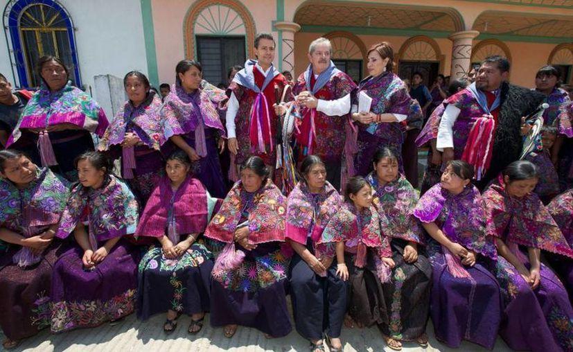 El presidente Peña Nieto, flanqueado por Lula da Silva y Rosario Robles, en la foto con  mujeres de Chiapas. (presidencia.gob)
