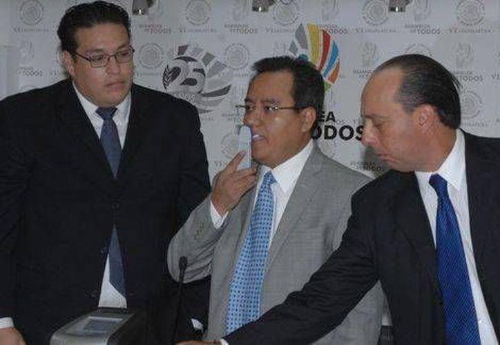 El asambleísta local Eduardo Santillán presentó el marihuanómetro acompañado del especialista Oldin Vega. (Milenio)