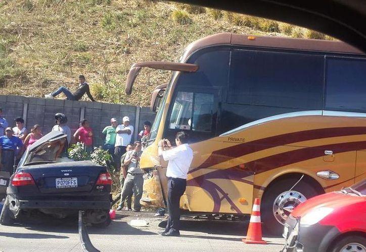 Las imágenes del accidente de del camión donde viajaba La Original Banda El Limón de Salvador Lizárraga se viralizaron en Twitter. (Twitter/@AColop1L_DX)