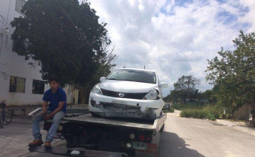 El vehículo fue remolcado por una grúa. (Redacción)