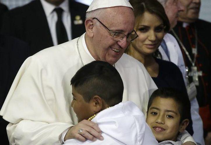El Papa Francisco visitó a los pequeños internados en el Hospital Infantil <i> Federico Gómez</i>. (Notimex)
