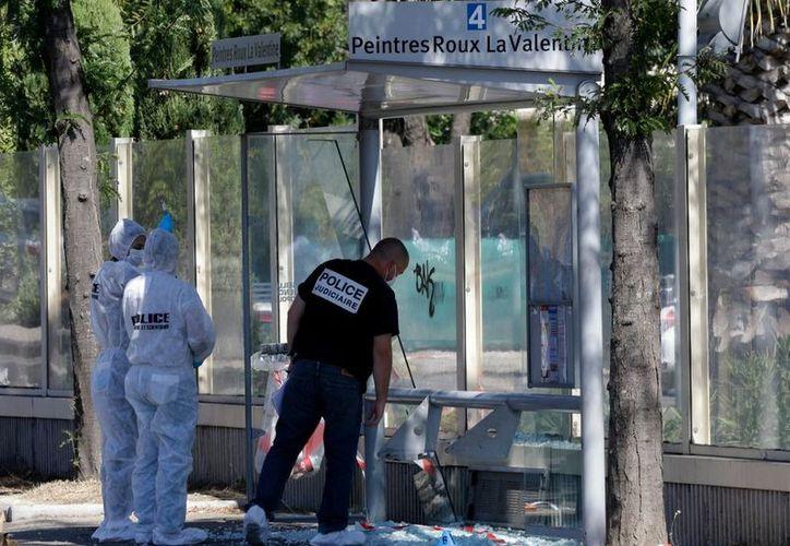 Un vehículo embistió a dos paradas de autobús en la ciudad francesa de Marsella. (AP).