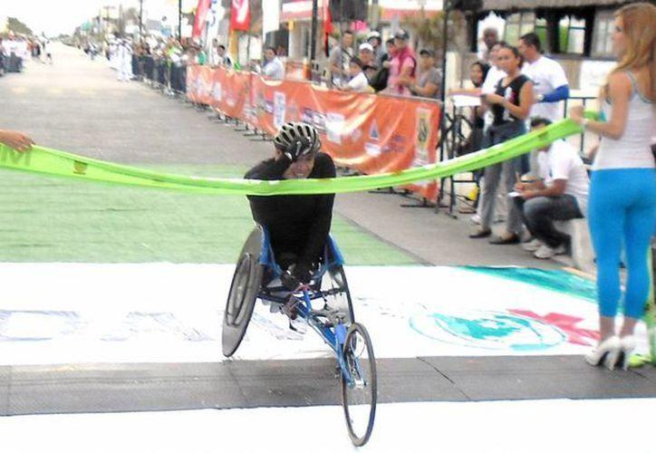 El chiapaneco Martín Morales, triunfador en silla sobre ruedas. (JESUS EROSA/SIPSE)