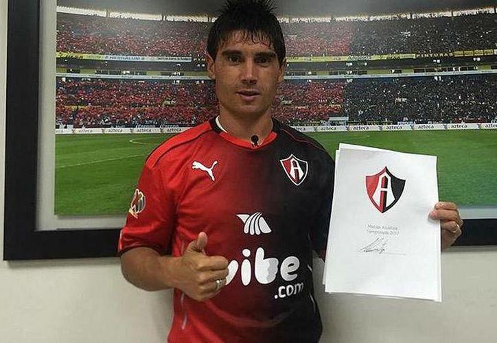 Matías Alustiza posó para la foto tras firmar su contrato con los Rojinegros. (Foto: Mediotiempo)